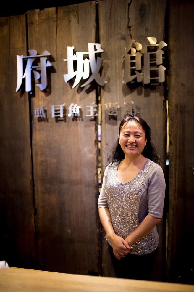 憑著對家鄉特產的熱情, 台南女兒盧靖穎化身品牌最佳代言人 「虱目魚女王」