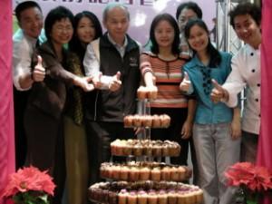 400多顆瑪芬製作的瑪芬樹(左四臺北市產發局林萬發副局長)