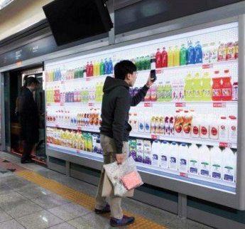 商家打造牆面陳列架,消費者一邊等捷運,一邊進行Shopping